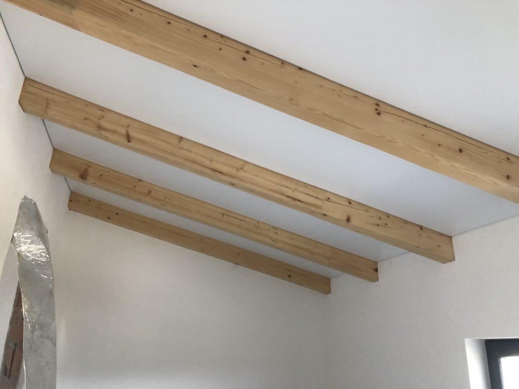Instalace foliových stropů mezi krovy